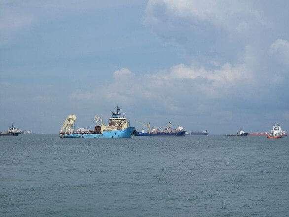 Kranschiff vor Singapur
