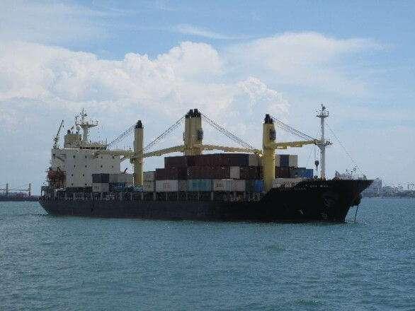 Containerschiff vor dem Hafen in Singapur