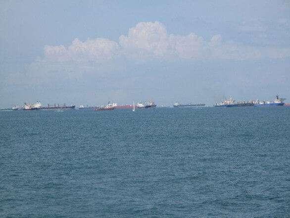 Schiffe vor dem Hafen von Singapur